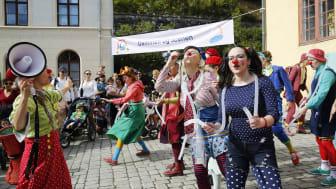 I 2019 arrangerer Sparebankstiftelsen DNB Verdens Kuleste Dag for sjuende gang. Sykehusklovnene har gjestet arrangementet flere ganger og kommer for å skape god stemning i år også. (Foto: Sverre Chr. Jarild)