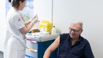Influensavaccination av personalen pausas tillfälligt