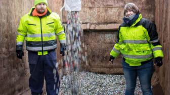 Ingo Petermeier und Freundin Maike Kinze befüllen die Container mit den gesammelten Kronkorken.