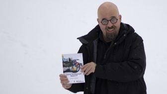 Henrik Engström, professor i informationsteknologi, med sin bok Game Development Research. Foto: Privat.