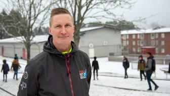 Solbackeskolans idrottslärare Jonas Almén har fått hela skolan att röra på sig mer och nu är han nominerad till Årets eldsjäl.