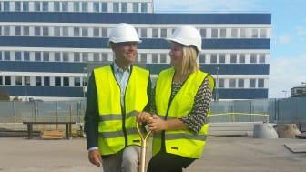 Reshi Chibba, VD, Hotel Hagagatan AB och Maria Lidström, Chef investering och utveckling, Humlegården vid första spadtaget 8 september, 2016. (Foto: Forsen)