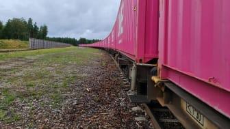 Den nya tågpendeln, lastad med sågade trävaror i magentafärgade ONE-containrar, ankommer Göteborg under måndagen. Bild: Joakim Limberg.