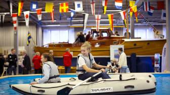 Prova-på-poolen är populär på Båtmässan. Foto: Niklas Maupoix