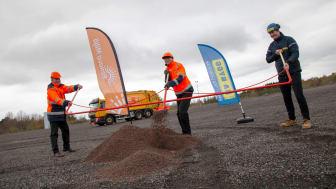 Nu kör vi igång verkstadsbygget! Ett gemensamt första spadtag på coronasäkert avstånd togs av Renovas vd Anders Åström, Renovas styrelseordförande Magnus Palmlöf och RA Byggs vd Olof Johannesson.