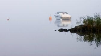 De senaste dagarna har Sjöfartsverkets sjö- och flygräddningscentral hanterat flera ärenden där fritidsbåtar kört vilse i dimma. Foto: Thomas Ollinger/Mostphotos