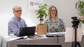 Svenska missionsrådets avgående generalsekreterare Anders Malmstigen avtackas med ett fikonträd av styrelseordförande Eva Nordenstam von Delwig.