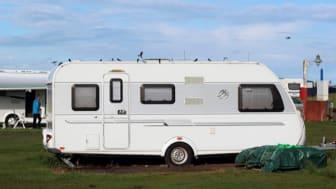 Mange irriterer seg over campingvogner. Det viser en undersøkelse Gjensidige har gjennomført med hele 3 500 bilister.