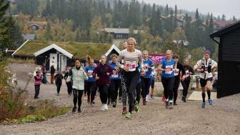 Vinneren Susanna Honkanen i tet fra starten på 13 kilometer løp. Foto: Jonas Sjögren/Trysil