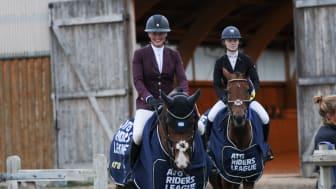 Andra omgångens segrare i ATG Riders League: Emma Emanuelsson (GP/150) och Julia Kringstad Håkansson (135). Foto: Ellinor Horvath.