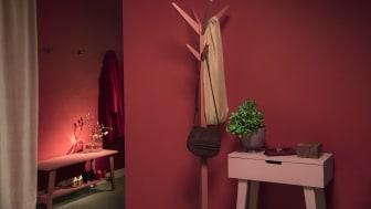 Förändra intrycket av ditt hem och ge det mer energi genom att måla rött. Här är väggen målad i kulören Lust 683 och byrån i Mormor 680.