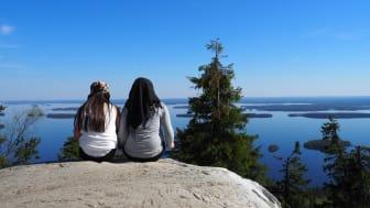 Naturen stödjer integration genom att erbjuda nya erfarenheter och förbättra invandrarnas hälsa och välbefinnande. På detta foto bekantar sig invandrare med landskapet i den finska nationalparken Koli. Foto: Aleksandra Riki