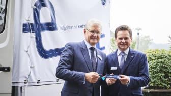 Bürgermeister Ulrich Stücker nahm den umgerüsteten Mercedes Benz Vario von den persönlich haftenden geschäftsführenden Gesellschaftern von BPW – Michael Pfeiffer (links im Bild) , Achim Kotz und Markus Schell – entgegen.
