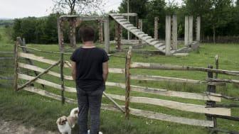 En kvinna blickar ut över sitt förstörda hem i östra Bosnien. Det är få av de kvinnor som utsattes för sexuellt våld under kriget som fått hjälp, vare sig ekonomiskt eller medicinskt eller psykologiskt.