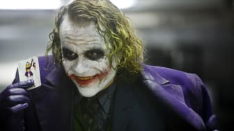 Heath Ledger fik en Oscar for sin rolle som Jokeren i The Dark Knight. Nu kan du se alle Christopher Nolans Batmanfilm på C More.