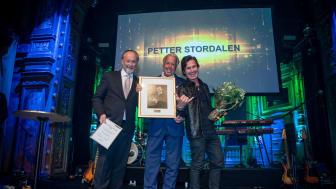 Petter Stordalen under prisutdelningen av Visitas Hall of Fame. På bilden syns även fr v Visitas VD Jonas Siljhammar och Christer Johansson, ordförande i juryn.