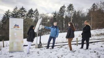 Prof. Dr. Alexander Siegmund, Initiator des Projektes, erklärt dm-Lernlingen die Funktionsweise einer Klimastation.