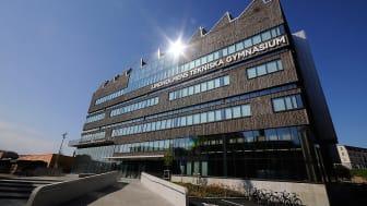 Lindholmens Tekniska Gymnasium har en fasad av tegel som smälter in väl i omgivningen. Foto: Hannah Björk