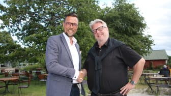 - Vi är stolta att en så stark aktör som Märsta Förenade valt att knyta sig till Fair Transport 2.0, och det gör att vi i ett slag nu passerar 4200 knutna fordon. säger Rickard Gegö, VD Sveriges Åkeriföretag (vänster), Mikael Andersson VD (höger).