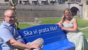 Jonas Sundström, kommunalråd och Maria Karlsson, nyinflyttad anbudskonsult/egen företagare på en av samtalsbänkarna i Lidköping.