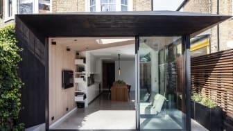 Für die Fassade und das Dach die Anbaus wurde verkohltes, schwarzes Kebony von der englischen Firma Shou Sugi Ban.