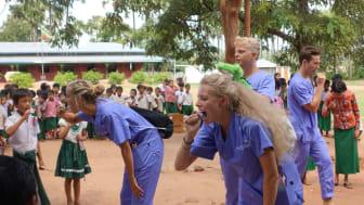 Ein Beispiel für soziales Engagement: Zahnmedizinstudenten der Uni Witten/Herdecke bringen Kindern in Myanmar Zahnhygiene näher.