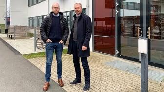 Johan Brehmer, till vänster och Magnus Löfgren framför Spaljén i Science Park Skövde där de valt att etablera sin verksamhet.