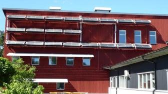 Högskolans forskningshus med sitt labb och sina tre verkstäder, försett med hybridsolfångare.