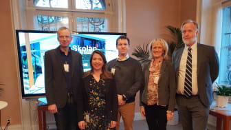 Anneli Larsson, vd för Lärande Partner i Östergötland ( andra från höger) talar om skola och bransch i samarbete i riksdagen.