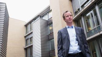 Morten Trasti er analytiker i Lindorff og har sett nærmere på den regionale utviklingen innen betalingsvansker. - Hedmark har vært skånet for en betydelig økning i gjeldsproblemer, sier han. Foto: Lene Kallum
