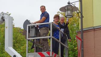 Die letzte Straßenleuchte ist Chefsache: Greußenheims Bürgermeisterin Karin Kuhn (M.), Bayernwerk-Kommunalbetreuer Frank Schneider (r.) und Uwe Ruppert (l.) von der beteiligten Partnerfirma setzen den Schlusspunkt hinter die LED-Umrüstung.