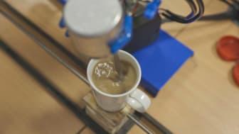 Varje motor i tebryggaren är individuellt programmerad och konfigurerad. En häller vatten i tekoppen, en annan driver en sked som rör om i koppen. En motor driver en vinylskiva som ser till att rätt mängd socker tillsätts.