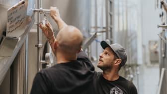 Glenn Pålsson guidar bland de skåsnak ölen. Foto Adam Jönsson.