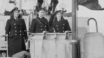 Noen av Norges første kvinnelige marinesoldater på øvelsestokt., trolig i 1943.