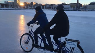 """Vintercykling på Luleås isväg. Cykeln är en tjänstecykel från Luleå kommun och används i """"Resespelet"""" som syftar till att uppmuntra hållbart resande bland kommunens medarbetare."""