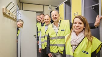 Peter Hansson, Lars Jadenstam, Joakim Tryggstad på Ramirent samt Christina Lindbäck, Hans Säll, Emese Nemethi på NCC tog sig en rundvandring i den nya prototypen. Foto: Joakim Kröger, NCC