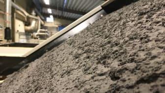 """Detaljbild på slipmullen som renats från processvätskan och bildat en fin och tjock """"filterkaka"""" i ett av VL-filtren. Slipmullen briketteras till hårda puckar och återvinns i ståltillverkning. Bild: Anders Ekström"""
