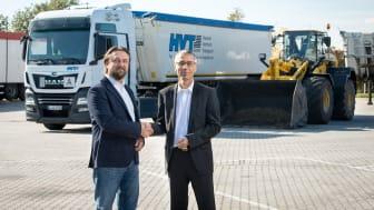 Gemeinsam stark: Matthias Hoger von der LAV (links) und Veolia-Geschäftsführer Laurent Hequet werden mit der Veolia Klärschlammverwertung Deutschland GmbH künftig gemeinsam Klärschlämme entsorgen.