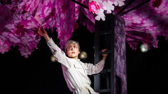 Mona Huang som Tao i Bienes historie, som no blir strøyma til heile landet, også til skolar. Foto: Erik Berg.