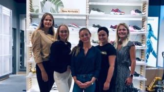 Butikksjefen Thea Aileen Lindgård Hegg (i midten) og personalet i den nye signatur-butikken i Kongens gate i Oslo ser frem til å åpne dørene torsdag 15. august.