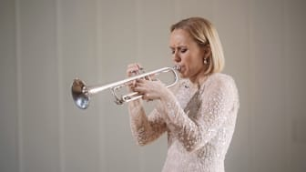 Tine Thing Helseth fra konserten Sanger uten ord. Foto: Fra skjermdump, video av Sjur Pollen Visuals.