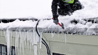 Snöskottning på tak kräver kunskap och rätt utrustning.