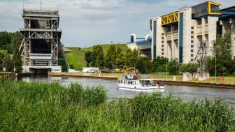Das Schiffshebewerk Niederfinow. Der 1934 erbaute Aufzug für Boote ist ein einzigartiges ingenieurtechnisches Meisterwerk, daneben der Neubau. Foto: TMB-Fotoarchiv/Steffen Lehmann.