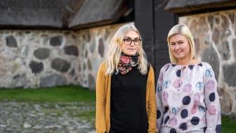 Nicolina Sällberg kommunikatör och Monia Jönsson administratör, vid lokalen Slottslängorna där mässan kommer att äga rum. För att ladda ner som högupplöst pressbild se länk nedan. Foto: Sölvesborgs kommun.