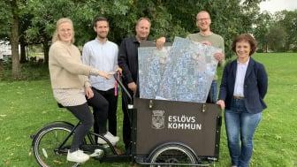 Moa Åhnberg, Patrik Larsson, Johan Andersson, Filip Preston och Catharina Malmborg tar cykeln till pop up-dialogerna om östra Eslöv.