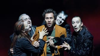 Goetheanum-Bühne: Faust, umgeben von Mephistopheles (Foto: Lucia Hunziker)