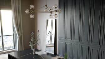 Eternal Noir bidrar med en mörk yta med dramatisk vit och guldig marmorering.