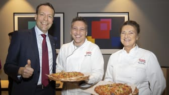 Orkla President & CEO Jaan Ivar Semlitsch together with company pizza chefs - Mandagspizza