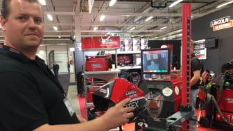 Fredrik Johansson, Lincoln Electric, vid simulatorn som ska lära upp nästa generations svetsare.