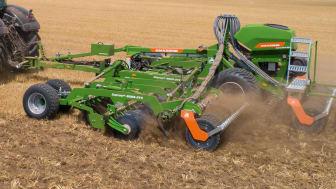 Catros 8003-XL-2TS med den nya frösåmaskinen GreenDrill 501